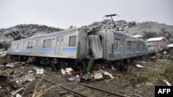 Пошкоджений внаслідок землетрусу та цунамі потяг у місті Мацусіма