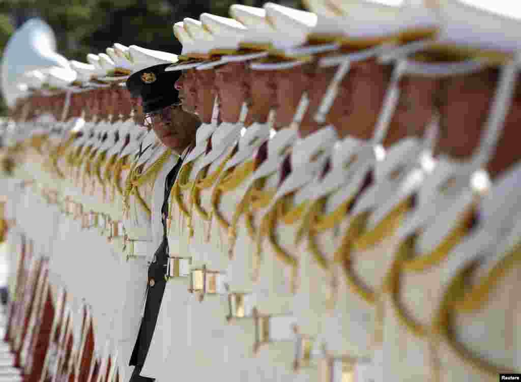 12일 일본 도쿄의 자위대 의장대가 신조 아베 일본 총리의 방문을 환영하는 행사 준비를 하고 있다.