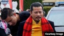 Hùng Cửu Long sau khi bị đuổi khỏi thương xá Phước Lộc Thọ và được cảnh sát bảo vệ. (Ảnh: Facebook Nguyen Van Ly)