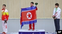 27일 사격 10m 러닝타겟에서 금메달을 획득한 북한의 김지성 선수가 시상대에 올랐다.