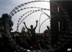 Warga melakukan aksi protes di perbatasan Hungaria dekat Horqos, Serbia (16/9).