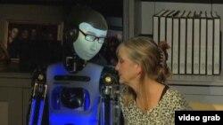 Un robot humanoïde tient compagnie à une femme atteinte de la maladie d'Alzheimer.