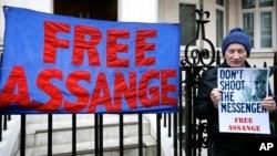 '위키리크스' 설립자 줄리언 어산지가 머물고 있는 런던 주재 에콰도르 대사관 앞에서 4일 한 남성이 어산지 지지 시위를 벌이고 있다.