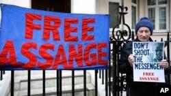 Một người biểu tình cầm biểu ngữ đòi trả tự do cho ông Julian Assange tại sứ quán Ecuador ở Lodon hôm 4/2/2016.