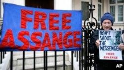 """Un manifestante protesta frente a la embajada de Ecuador en Londres, luego que Assange ha sido considerado por la ONU como un """"detenido arbitrariamente""""."""
