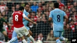 Pemain Arsenal, Mike Arteta (kaus merah) memasukkan satu-satunya gol dan memupuskan harapan Manchester City untuk menjuarai Liga Premier (8/4).