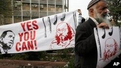 Aktivis Israel membawa poster menuntut pembebasan Jonathan Pollard.