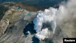 29일 일본 중부 온타케 화산에서 연기가 솟아오르고 있다.