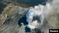 Khói lửa bốc lên từ miệng núi lửa Ontake ở miền trung Nhật Bản, ngày 29/9/2014.