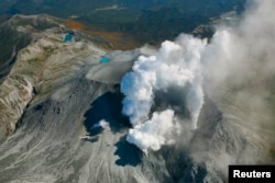 Volcanic smoke rises from Mount Ontake, which straddles Nagano and Gifu prefectures, central Japan, September 29, 2014, in this photo taken and released by Kyodo. More than 500 rescuers in Japan resumed searching on Monday for victims of the volcano that