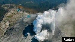 Dim se i dalje diže iz vulkana na vrhu planine Ontake dok oko 500 spasilaca nastavlja potragu, 29. septembar 2014.