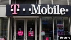 美国纽约曼哈顿,T-Mobile商店的招牌(2018年4月30日)。今年4月,T-Mobile宣布以260亿美元收购其美国竞争对手Sprint。
