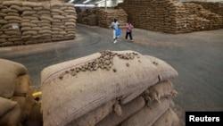 Des noix de cajou sont empilés dans un entrepôt à Bouaké, Cote d'Ivoire, le 23 février 2017.