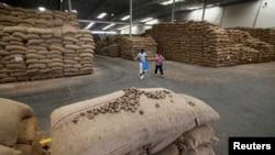 Des noix de cajou sont empilés dans un entrepôt à Bouaké, Côte d'Ivoire, le 23 février 2017.
