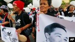 7일 필리핀 마닐라의 대법원 앞에서 페르디난드마르코스전필리핀 대통령의 지지자들이 밤샘 가두행진을 준비하고 있다.
