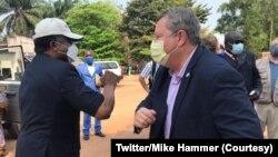 Dr Jean-Jacques Muyembe, mokambi ya IRNB mpe ya bitumba na Ebola, (G) apesani mbote na ntoma ya Amerika Mike Hammer elongona Mbadaka, Equateur, 8 septembre 2020. (Twitter/USA Embassy in Kinshasa)