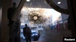 Sebuah lubang terlihat di sebuah pintu sinagong di Yerusalem pasca serangan dua militan di wilayah tersebut (Foto: dok).