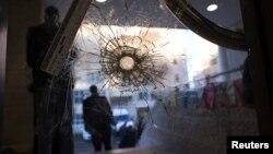 Một lỗ đạn trên cánh cửa của đền thờ Do Thái ở Jerusalem sau vụ tấn công đẫm máu, ngày 19/11/2014.