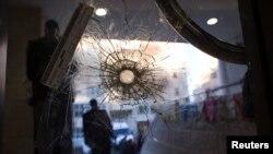Lubang peluru di pintu sinagog Yerusalem tempat dua militan Palestina membunuh empat rabi dan seorang polisi (19/11).