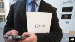지난 10일 프랑스 파리의 구글문화센터에서 열린 발표회에서 한 남성이 휴대전화 검색을 하고 있다.