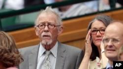 El actor John Hurt y su esposa Anwen Rees-Myers, disfrutan del campeonato de tenis de Wimbledon en Londres. Foto tomada el sábado 9 de julio de 2016.