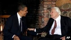 Foto sa a (yon piblikasyon La Mezon Blanch) montre ansyen Prezidan Barack Obama ki t ap rankontre Billy Graham, ki te genyen 91 lane, nan yon kay predikatè a te genyen nan Montreat, Kawolin di Nò., nan jounen dimanch 25 avril 2010. (Foto: AP/The White House, Pete Souza).