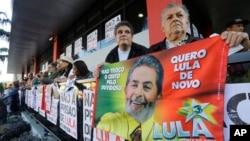 Supporters of Brazil's former President Luiz Inacio Lula da Silva gather in front of the metal workers union headquarters in Sao Bernardo do Campo, Brazil, April 7, 2018.
