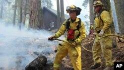 Petugas hampir memadamkan seluruh kebakaran hutan di kawasan taman nasional Yosemite di California (foto: dok).