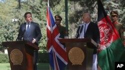 Predsednik Avganistana Ašraf Gani Ahmadzai (desno) i britanski premijer Dejvid Kameron na konferenciji za medije u predsedničkoj palati u Kabulu