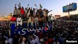 Para demonstran Sudan meneriakkan slogan-slogan saat menghadiri unjuk rasa anti-pemerintah di luar kantor Kementerian Pertahanan di Khartoum di Sudan, 21 April 2019.