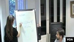 Jason Kopp sa privatnim instruktorom na času Farsi jezika u Institutu za Srednji istok u Washingtonu