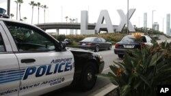 Suasana di sekitar bandara internasional Los Angeles (Foto: dok). Yongda Huang Harris, pemuda 28 tahun, ditangkap di bandara ini, Jum'at (5/10) karena mengenakan rompi anti peluru dan celana tahan api serta membawa berbagai senjata dalam kopernya.