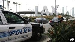 Polisi memantau pintu masuk bandar udara Los Angeles, AS.