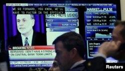 ພວກຄ້າຮຸ້ເຮັດວຽກໃນຂະນະທີ່ມີກອງປະຊຸມຖະແຫລງຂ່າວໂດຍທ່ານ Ben Bernanke ປະທານທະນາຄານກາງສະຫະລັດ ຜ່ານທາງໂທລະພາບ ຢູ່ໃນຫ້ອງຂາຍຮຸ້ນ ໃນນະຄອນນີວຢອກ ໃນວັນທີ 20 ມີນາ 2013
