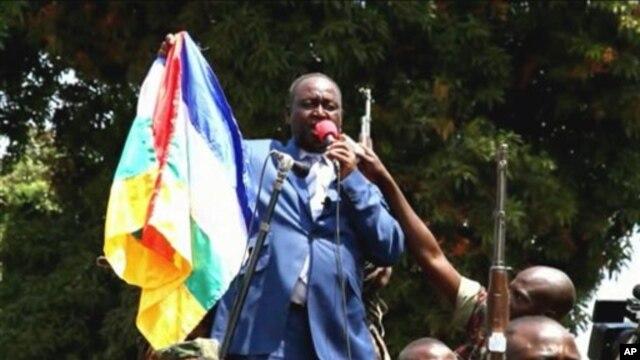 Presiden Republik Afrika Tengah François Bozize berbicara dengan massa di ibukota Bangui (27/12). (Foto: APTN)