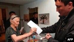 Almati'de oy kullanan Kazak seçmenler