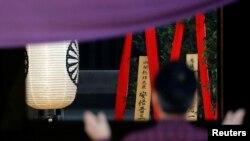 """日本首相安倍晋三以""""内阁总理大臣""""的名义向靖国神社奉献名为""""真榊""""的祭品(2018年4月21日)"""
