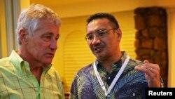 동남아시아 국방장관 회의 참석 차 하와이를 방문한 척 헤이글 미 국방장관(왼쪽)이 1일 말레이시아의 히샤무딘 후세인 국방장관 겸 교통장관 대행과 말레이시아 여객기 실종 사건에 대해 이야기를 나누고 있다.