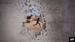 지난 2011년 시르테에서 가다피 친위부대의 공격을 피해 달아나고 있는 반정부 혁명군의 모습.