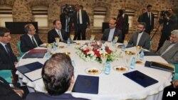Delegasi Iran dan negara-negara P5+1 melakukan pertemuan pendahuluan di Istanbul, Turki hari Jumat (13/4).