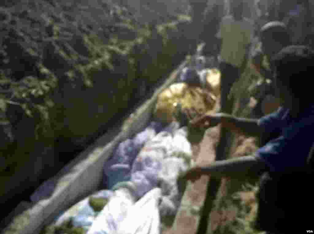 Tremsa qishlog'ida o'lganlar dafn qilinmoqda, 13-iyul, 2012-yil. Oddiy fuqarolar olgan tasvir. (AP/ Hama Revolution 2011)