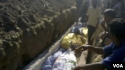 Ảnh từ một đoạn video không chuyên ghi cảnh đám tang các nạn nhân vụ thảm sát ở Tremseh, Syria, ngày 13/7/2012 (AP/ Hama Revolution 2011)