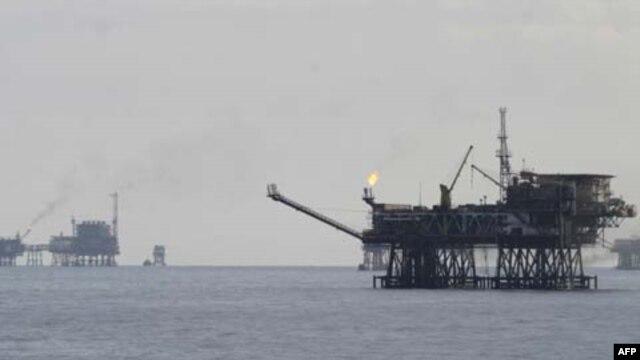 Giàn khoan dầu Bạch Hổ ngoài khơi bờ biển Vũng Tàu.