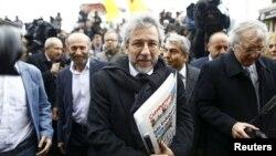 Ông Can Dündar (giữa), chủ bút một tờ báo của Cumhuriyet, đến Cung điện Công lý ở Istanbul, Thổ Nhĩ Kỳ, ngày 25 tháng 3 năm 2016.