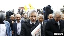 ທ່ານ Can Dundar (ກາງ) ຫົວໜ້າບັນນາທິການໜັງສືພິມ Cumhuriyet ໄປເຖິງສານ ທີ່ນະຄອນ Istanbul ປະເທດ Turkey ທີ 25 ມີນາ 2016.