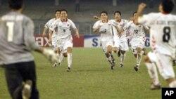 지난 2006년 인도 콜카타에서 열린 아시아 청소년 축구대회에 출전한 북한 선수들. 결승전에서 일본을 누르고 우승을 차지했다. (자료사진)