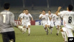 지난 2006년 인도 콜카타에서 열린 아시아축구연맹 유소년 축구대회 결승전에서 북한 선수들이 승부차기 끝에 일본을 누르고 우승이 확정되자 환호하고 있다. (자료사진)