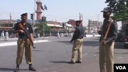 Polisi berjaga-jaga di kota Karachi, Pakistan bagian selatan.