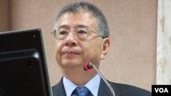 台湾国防部副部长杨念祖在立法院接受质询 (美国之音张永泰拍摄)