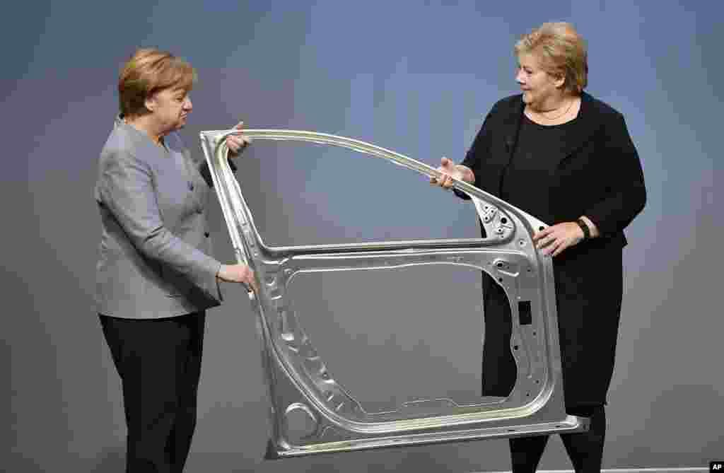 حضور آنگلا مرکل صدراعظم آلمان و ارنا سولبرگ نخست وزیر نوروژ در جریان افتتاح خط تولید خودرویی جدید که با بدنه آلومینیوم نروژی ساخته می شود.